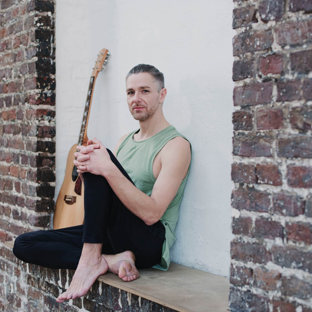 Yogalehrer für Privatstunden und Business Yoga aus Köln. Thai Yoga Massage, Atem- und Bewusstseinsarbeit in Köln.